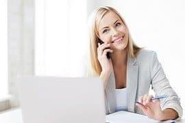 Eine Frau telefoniert glücklich.