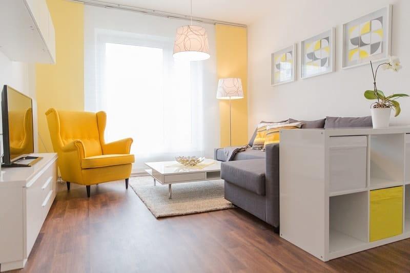 Ein Wohnzimmer eingerichtet in gelb und grau.