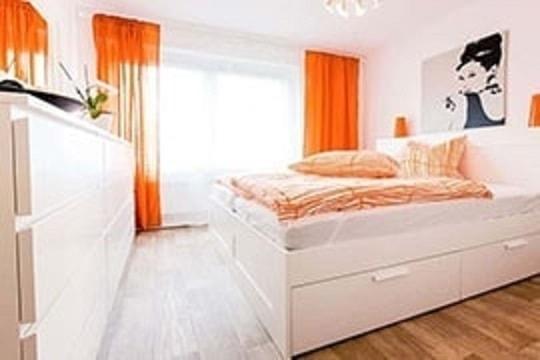 Ein Wohnzimmer eingerichtet in orange.