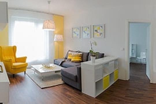 Ein Wohnzimmer in grau und gelb.